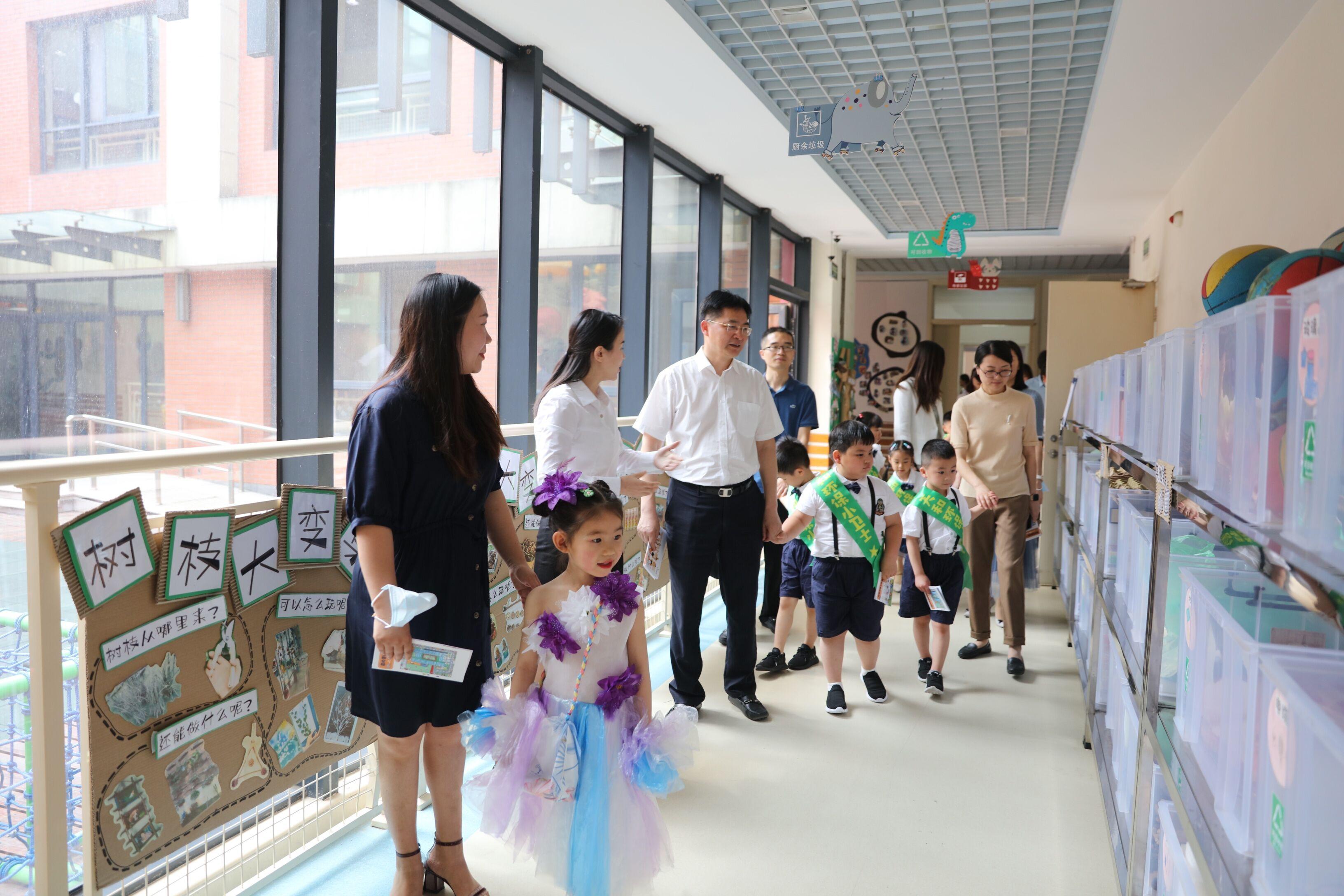 """垃圾分类我先行 ——范建龙书记""""六一""""儿童节走访慰问天和幼儿园"""