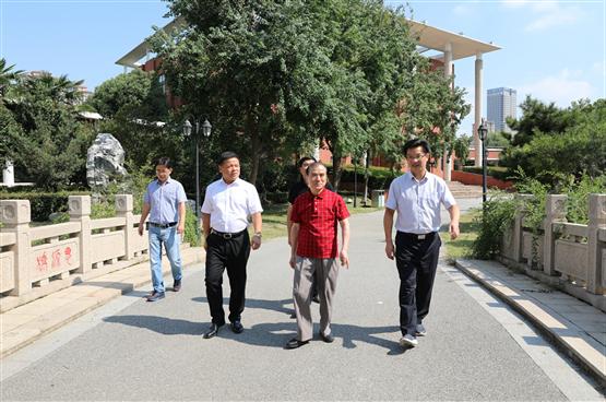 南京大学教授钱志新校友回母校参观讲学